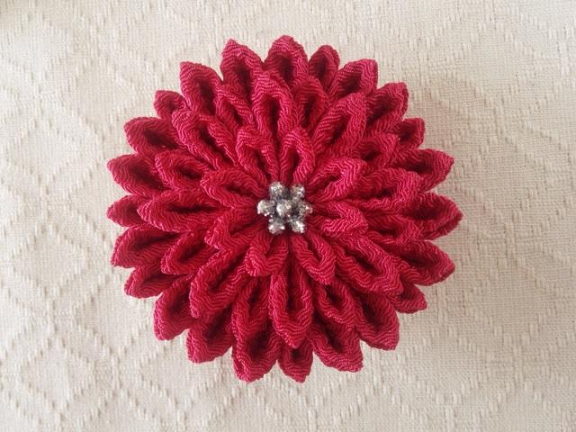 〈つまみ細工〉菊大輪の髪飾り(紅梅)