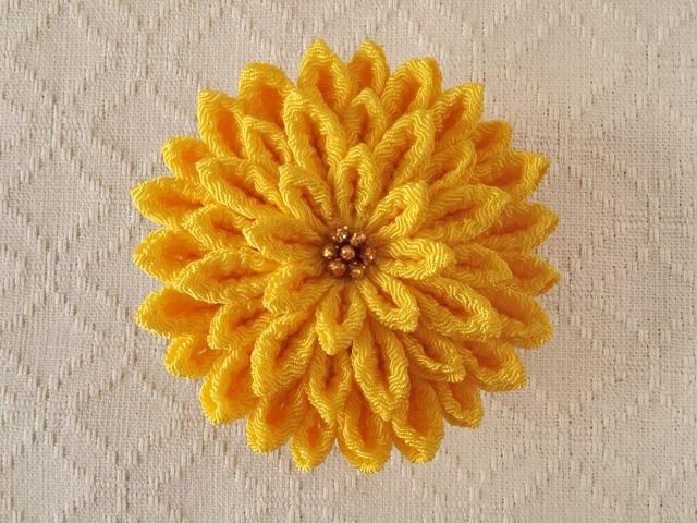 〈つまみ細工〉菊大輪の髪飾り(黄はだ)