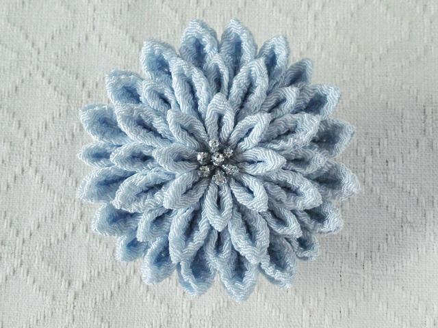 〈つまみ細工〉菊大輪の髪飾り(水色)