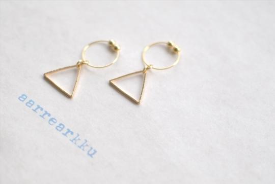 〔ピアスあり〕正三角モチーフのフープイヤリング