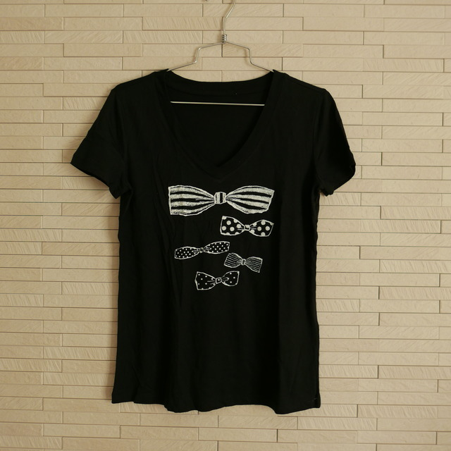 ' RIBBONS ' V NECK T-SHIRT  -BLACK-