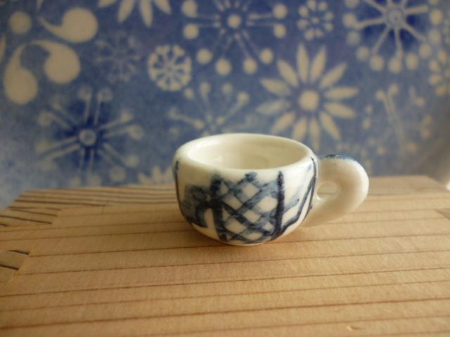 ミニチュア陶器☆小さな染め付けカップ 格子文