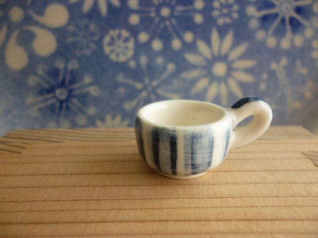 ミニチュア陶器☆小さな染め付けカップ 十草文