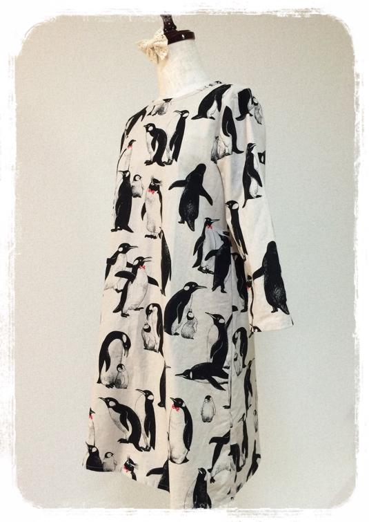 リボンでおめかし:なかよしペンギン親子の七分袖ワンピース:生成り