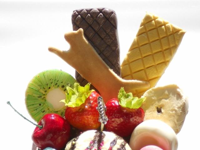 チョコソースがけバニラ・アイスのパフェのメモスタンド ネコックキーつき