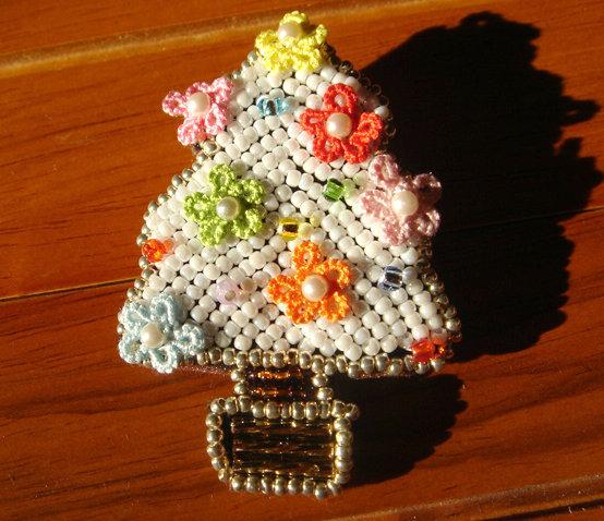 花のホワイトクリスマスツリー