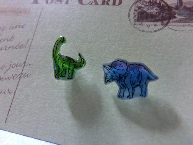 恐竜のミニピアス