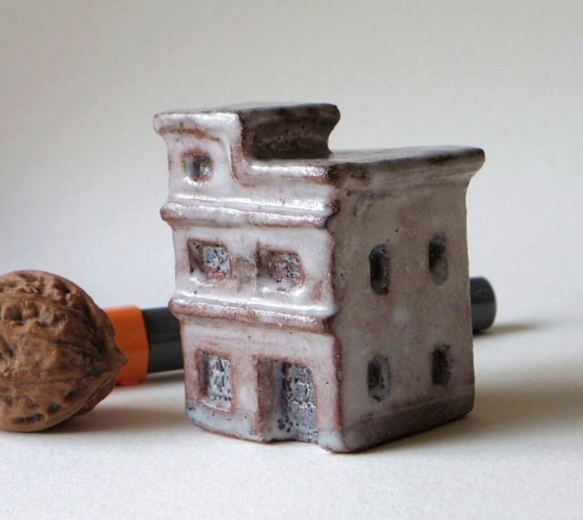 陶の家−屋上階に小部屋があるビルヂィング