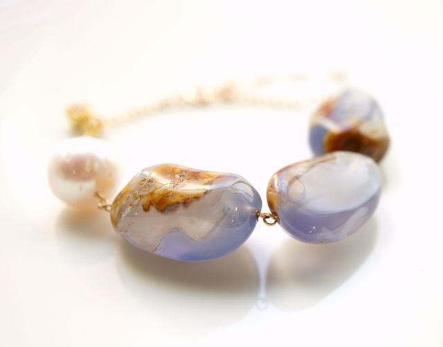 再販】母岩つきカルセドニーとバロック真珠のブレスレット 〜Tess
