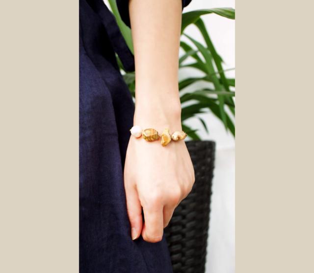 木の化石とバロック真珠のブレスレット 〜Hedy