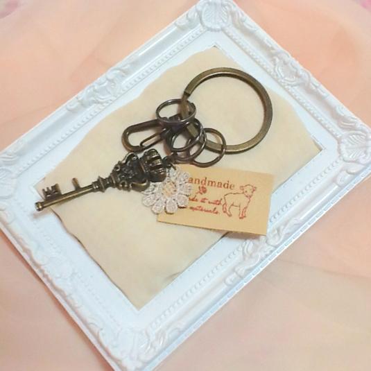 革タグと鍵モチーフのキーケース