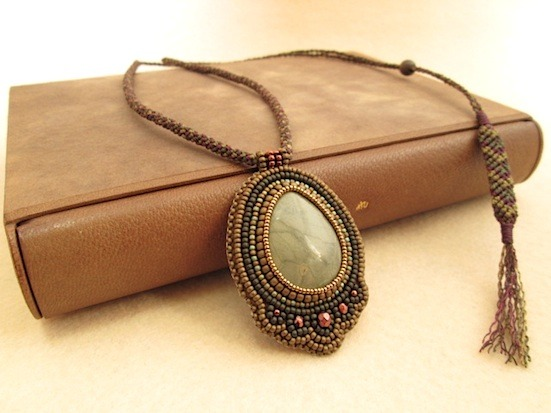 ビーズ刺繍の天然石ペンダント 020
