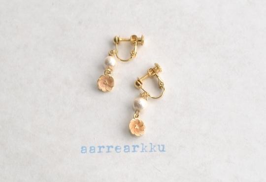 〔ピアスOK〕ピオニー(オレンジ)とコットンパール(6mmPK)のイヤリング