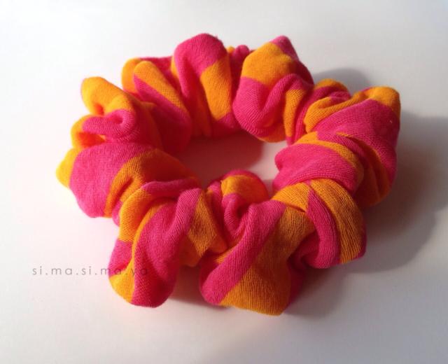 しましまのふんわりニットのたっぷりボリュームシュシュ (オレンジ×ピンク)