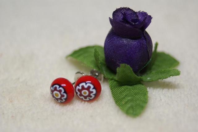 赤花柄 ミルフィオリのガラスピアス