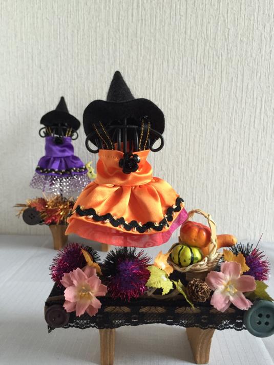 ハロウィンパーティーのコスチューム(オレンジ・棚)