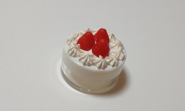 いちごが乗ったケーキのクリームケース(ホワイト)
