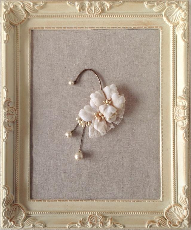染め花の紫陽花と花芯のイヤーフック(オフホワイト)