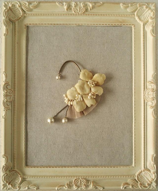 染め花の紫陽花と花芯のイヤーフック(ベージュホワイト)