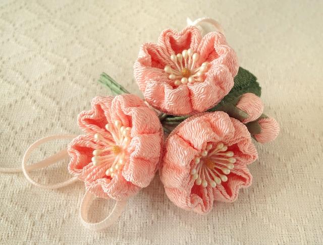 〈つまみ細工〉桜三輪とベルベットリボンの髪飾り(サーモンピンク)