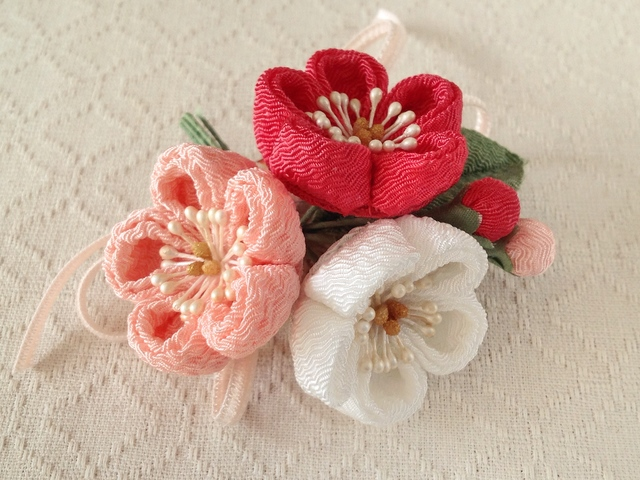 〈つまみ細工〉梅三輪とベルベットリボンの髪飾り(サンゴ&サーモンピンク&白)
