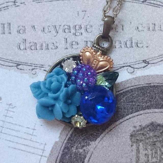 青い木の実のネックレス