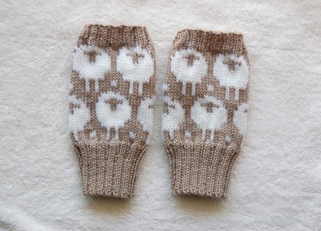 【kikopooohさまリクエスト品】手編みの指なしミトン【ひつじ】 モカ×ホワイト