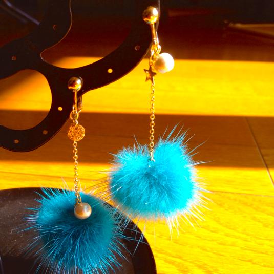 ミンクファーのイヤリング ブルー
