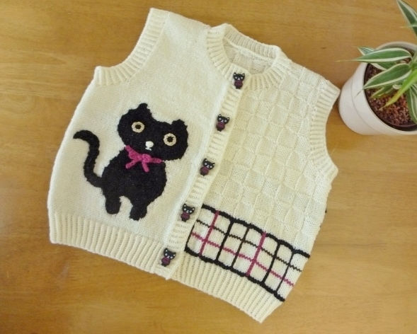 【子供用】 黒猫ボタン付 黒猫の編込みベスト