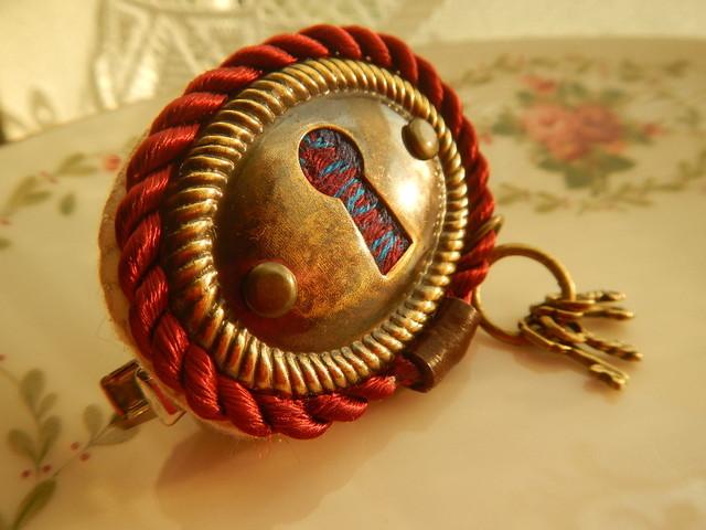 ココロの扉を開けてみよう のブローチ と鍵束