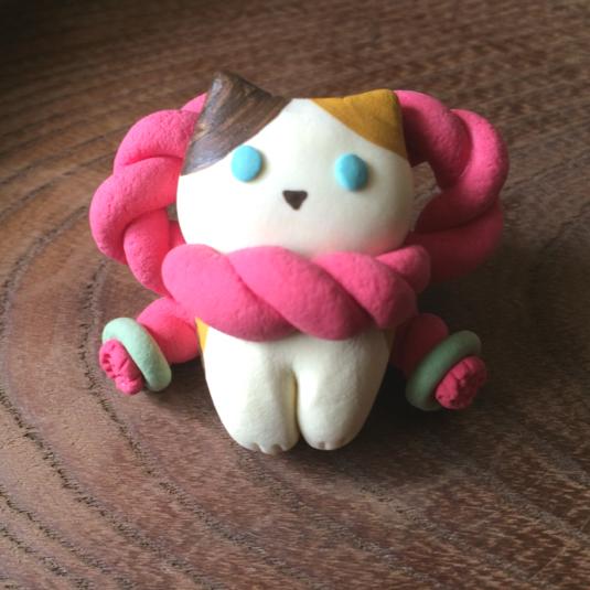 しめ縄三毛猫のブローチ