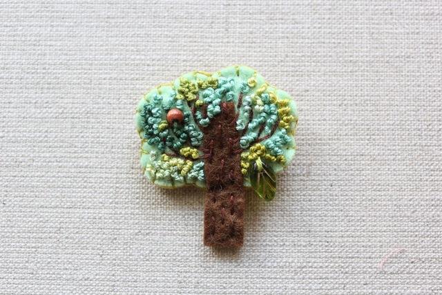 木のブローチ 枝を横に広げた木