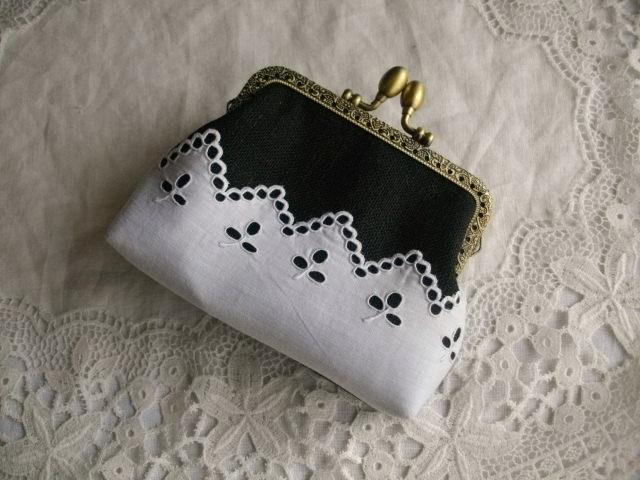 アンティーク手刺繍レース&黒リネンがま口ポーチS