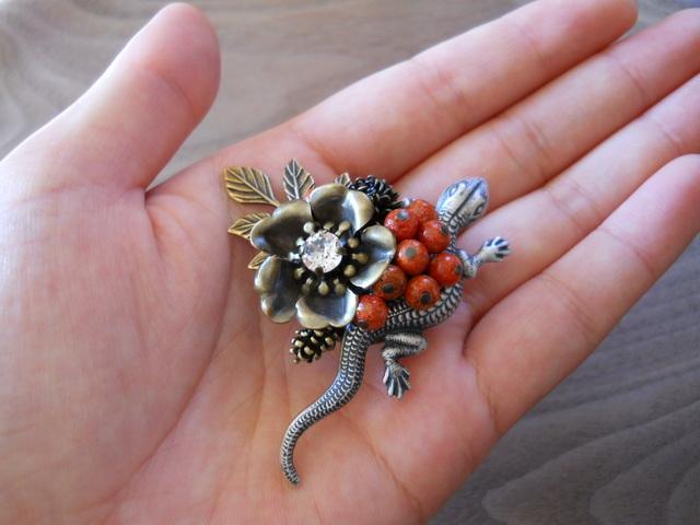 【tukihana様ご予約品】アップル珊瑚と蜥蜴(とかげ)ブローチ