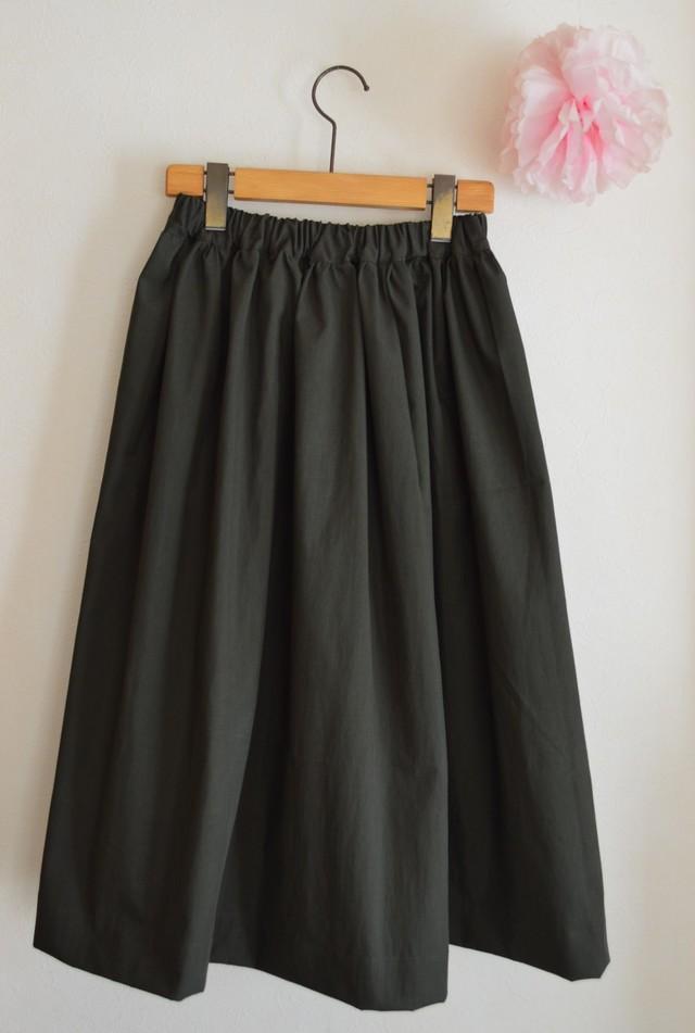 秋冬 ミリタリーカラーのミモレ丈シンプルギャザースカート(濃いカーキ)