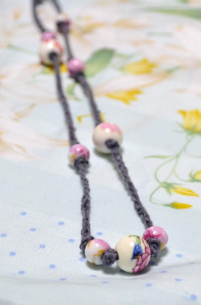 陶器ビーズの紐ネックレス