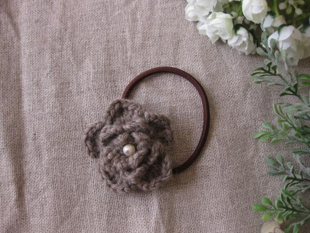 毛糸で編んだ薄茶色のお花のヘアーゴム