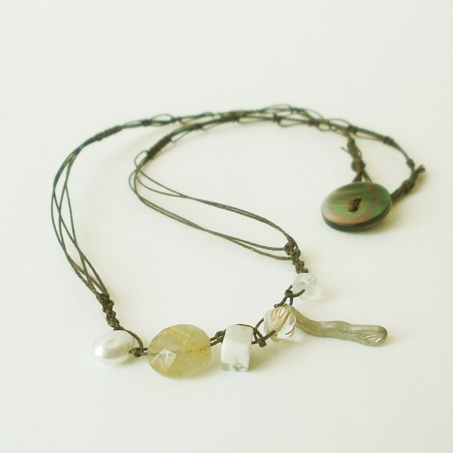 白い天然石のネックレス