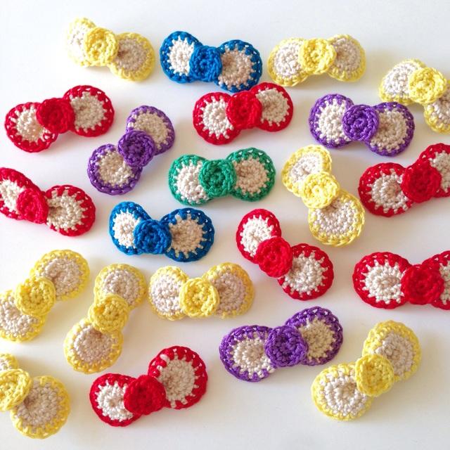 【オーダー品】手編みまんまるりぼんのブローチ