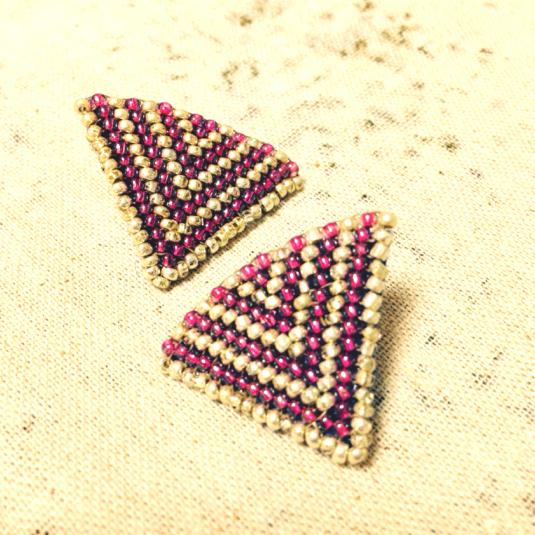ビーズで編んだ三角ピアス