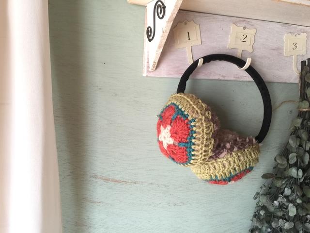 モチーフ編みのイヤーマフ(ピンク×グリーン)