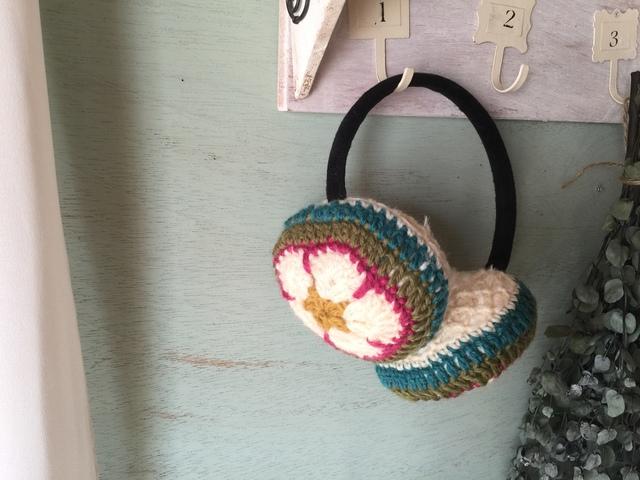 モチーフ編みのイヤーマフ(白×ピンク)