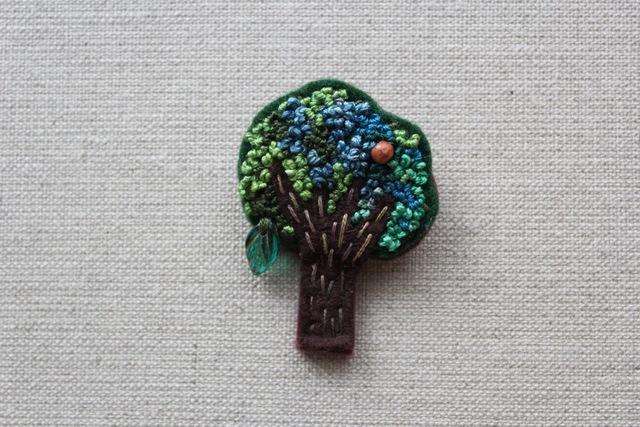木のブローチ まるい木