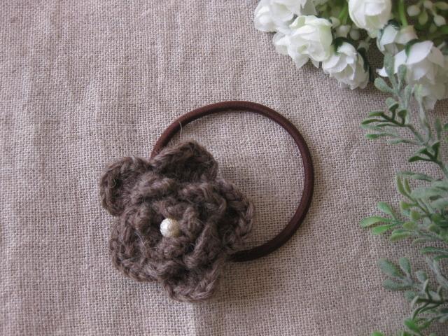 毛糸で編んだ茶色のお花のヘアーゴム