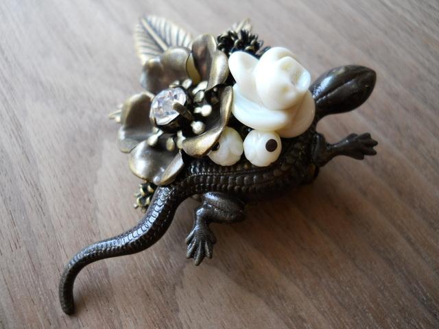 【ぶらん】ガラスのお花と蜥蜴(とかげ)ブローチ