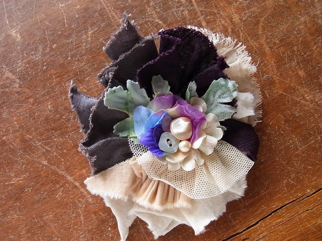 裂き布とお花のコサージュクリップシェルボタン