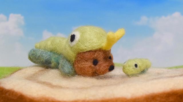 小さなイモムシの成長を見つめるイモムシコグマ