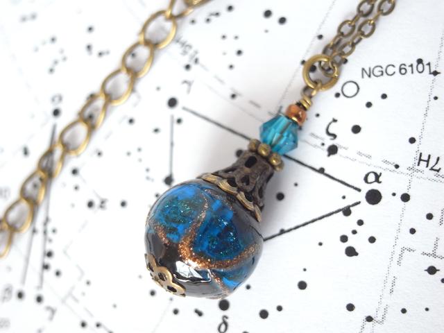 星空の様な紺と黒のランプワークビーズのネックレス