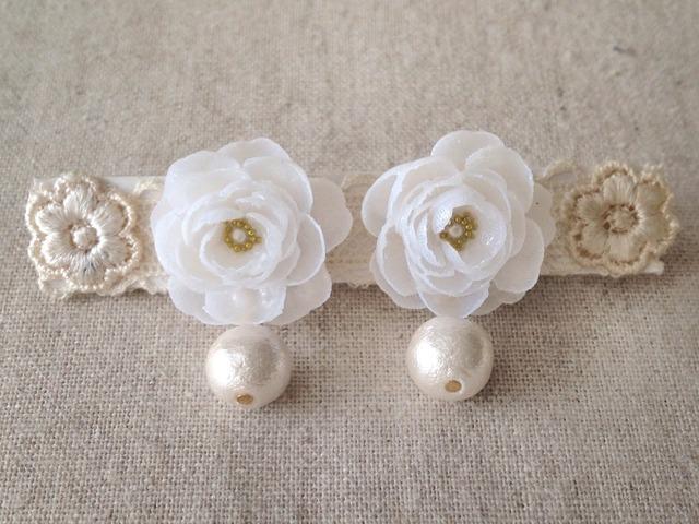 コットンパールと染め花を樹脂加工したピアス(ホワイト)