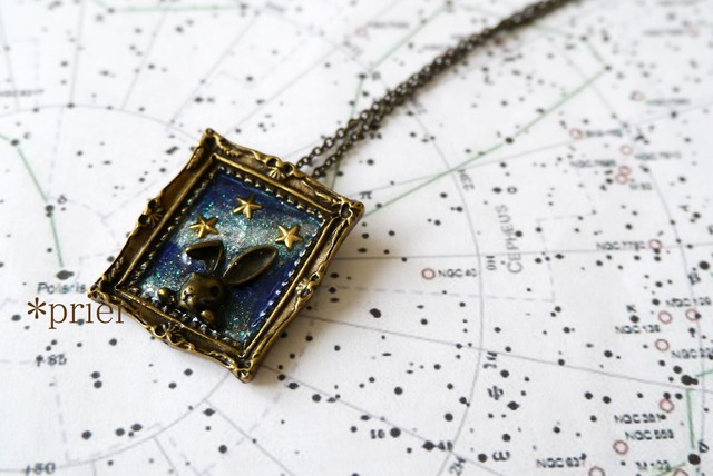 【minne ショップオープン記念価格】 「うさぎの見る夢 」    宇宙塗りのフレーム型のネックレス
